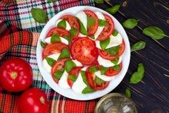 Ensalada caprese deliciosa con los tomates y el queso de la mozzarella con Fotos de archivo