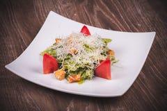 Ensalada cesar vegetariana con el tomate, los cuscurrones y el queso Fotos de archivo libres de regalías