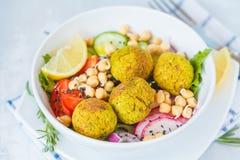 Ensalada cocida del falafel con las verduras y los garbanzos brotados Imagen de archivo libre de regalías