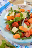 Ensalada con arugula, la mozzarella, y la calabaza adobada con aceite de oliva Imagenes de archivo