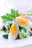 Ensalada con bróculi, el tomate, el huevo y la salsa Imagen de archivo libre de regalías