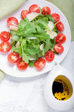 Ensalada con el arugula, tomates Fotos de archivo libres de regalías