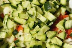Ensalada con el pepino, el tomate, la cebolla y la col Fotografía de archivo
