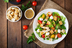 Ensalada con el pollo, la mozzarella y los tomates Imagenes de archivo