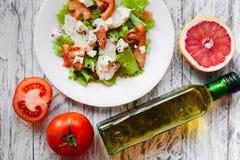Ensalada con el pollo, el pomelo, el queso y tomates Fotografía de archivo libre de regalías