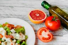 Ensalada con el pollo, el pomelo, el queso y tomates Foto de archivo libre de regalías