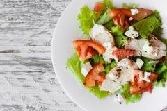 Ensalada con el pollo, el pomelo, el queso y tomates Imagenes de archivo