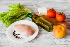 Ensalada con el pollo, el pomelo, el queso y tomates Fotos de archivo
