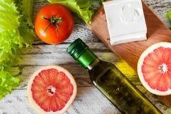 Ensalada con el pollo, el pomelo, el queso y tomates Imagen de archivo libre de regalías