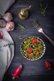 Ensalada con el Roquefort del arugula, de las fresas, del ajo y del queso en un fondo de madera Mirada de la cámara Visión superi Imágenes de archivo libres de regalías