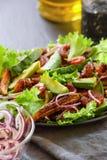 Ensalada con el teriyaki del camarón, el aguacate y el maíz de bebé frito, primer Foto de archivo libre de regalías