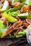 Ensalada con el teriyaki del camarón, el aguacate y el maíz de bebé frito, primer Imágenes de archivo libres de regalías