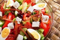 Ensalada con el tomate, los huevos, los pepinos y el queso Fotos de archivo libres de regalías