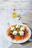 Ensalada con la bola de la zanahoria, de la col roja, del perejil y del queso Fotos de archivo libres de regalías