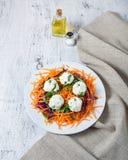 Ensalada con la bola de la zanahoria, de la col roja, del perejil y del queso Fotos de archivo