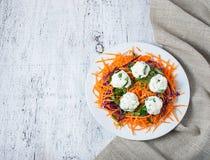 Ensalada con la bola de la zanahoria, de la col roja, del perejil y del queso Foto de archivo