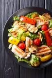 Ensalada con la pechuga de pollo y el primer asados a la parrilla de las verduras del verano Imagenes de archivo