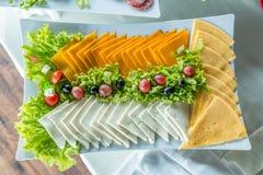 Ensalada con la salchicha, verdes y otro en la tabla con la tabla blanca Concepto del abastecimiento Fotografía de archivo libre de regalías