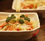 Ensalada con la verdura y los salmones fotos de archivo