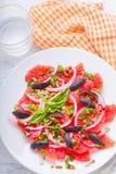 Ensalada con las aceitunas, cebolla roja, albahaca del pomelo Foto de archivo