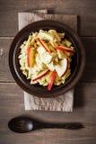 Ensalada con las manzanas, vegano de la coliflor del curry Imagen de archivo