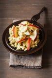 Ensalada con las manzanas, vegano de la coliflor del curry Imágenes de archivo libres de regalías