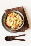 Ensalada con las manzanas, vegano de la coliflor del curry Foto de archivo