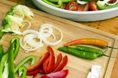 Ensalada con las pimientas, chiles, ajo, cebolla Imagen de archivo