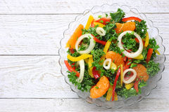 Ensalada con las verduras frescas y los mandarines Foto de archivo libre de regalías