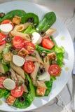 Ensalada con las verduras frescas y los tallarines Foto de archivo libre de regalías