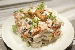 Ensalada con las verduras, la carne, las setas y la mayonesa Imágenes de archivo libres de regalías