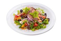 Ensalada con las verduras, las hierbas, el prendedero y las habas verdes Foto de archivo
