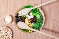 Ensalada con los huevos, el cantalupo, la nuez del pan y la verdura verde Imagen de archivo libre de regalías