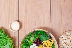Ensalada con los huevos, el cantalupo, la nuez del pan y la verdura verde en placa de madera Imagen de archivo