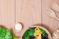 Ensalada con los huevos, el cantalupo, la nuez del pan y la verdura verde en placa de madera Fotografía de archivo libre de regalías