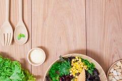 Ensalada con los huevos, el cantalupo, la nuez del pan y la verdura verde en placa de madera Imagenes de archivo