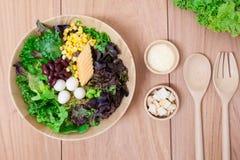 Ensalada con los huevos, el cantalupo, la nuez del pan y la verdura verde en placa de madera Fotografía de archivo