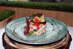 Ensalada con los microprocesadores rojos del caviar y del queso foto de archivo