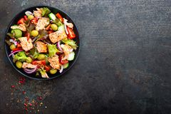 Ensalada con los pescados Ensalada de las verduras frescas con el prendedero de pescados de color salmón Pesque la ensalada con e Imagen de archivo