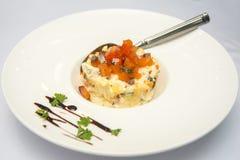 Ensalada con los salmones en restaurante Imagenes de archivo