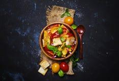 Ensalada con los tomates, Basil And Stale Bread, estilo rústico, top VI Imagen de archivo libre de regalías
