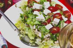 Ensalada con los tomates, el queso feta y los mariscos Foto de archivo libre de regalías