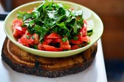 Ensalada con los tomates frescos, los pepinos, la lechuga y las cebollas verdes o Imagen de archivo
