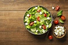 Ensalada con queso Feta, el tomate y las verduras Imágenes de archivo libres de regalías