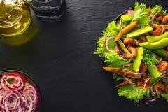 Ensalada con teriyaki del camarón, el aguacate y el maíz de bebé frito Fotografía de archivo