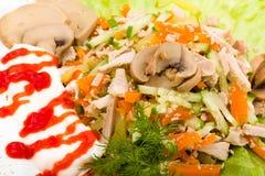Ensalada con verdes clasificados, cerdo frito, zanahorias Fotos de archivo
