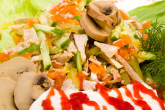 Ensalada con verdes clasificados, cerdo frito, zanahorias Imagen de archivo