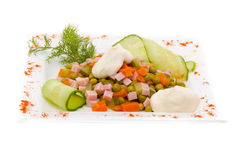 Ensalada con verdes clasificados, cerdo frito, zanahorias, los cuscurrones, el queso parmesano, y las setas Imagen de archivo