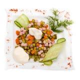 Ensalada con verdes clasificados, cerdo frito, zanahorias, los cuscurrones, el queso parmesano, y las setas Imágenes de archivo libres de regalías