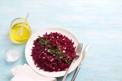 Ensalada cruda de las remolachas del detox sano con la cebolla roja, el ajo, hierbas y especias Fotografía de archivo